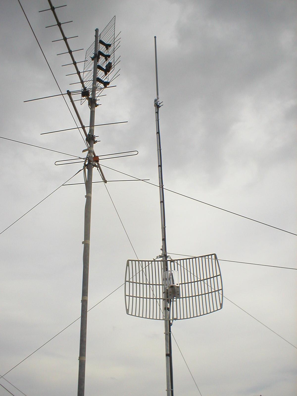 Antenna Omni e antenna direttiva sullo stesso palo